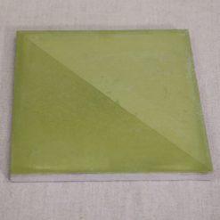 Denna gröna oglaserade kakelplatta är till hälften behandlad med oljevax. Produkten ger en djup och vacker lyster samtidigt som den skyddar och gör ytan vattenavstötande.